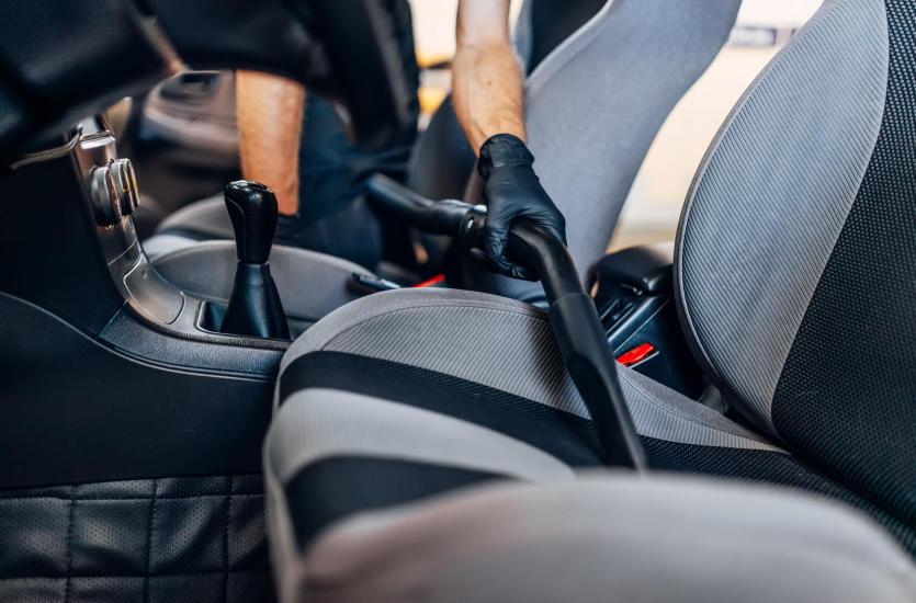 W jaki sposób powinieneś czyścić tapicerkę i wnętrze samochodu?