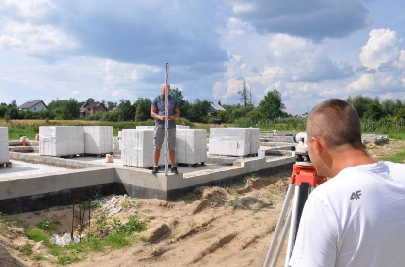 Budowa własnego domu, a konieczność skorzystania z usług geodezyjnych