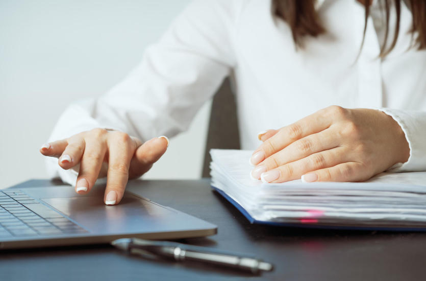 Księgi przychodów i rozchodów prowadzone przez biuro rachunkowe – czy warto?