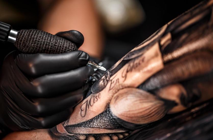 Tatuaże Wykonywane W Różnych Stylach I Różnymi Metodami