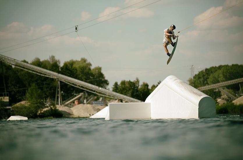 Jak zaprojektować wyciągi do wakeboardingu i nart wodnych?
