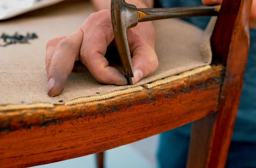 Na czym polega renowacja tapicerowanych mebli?