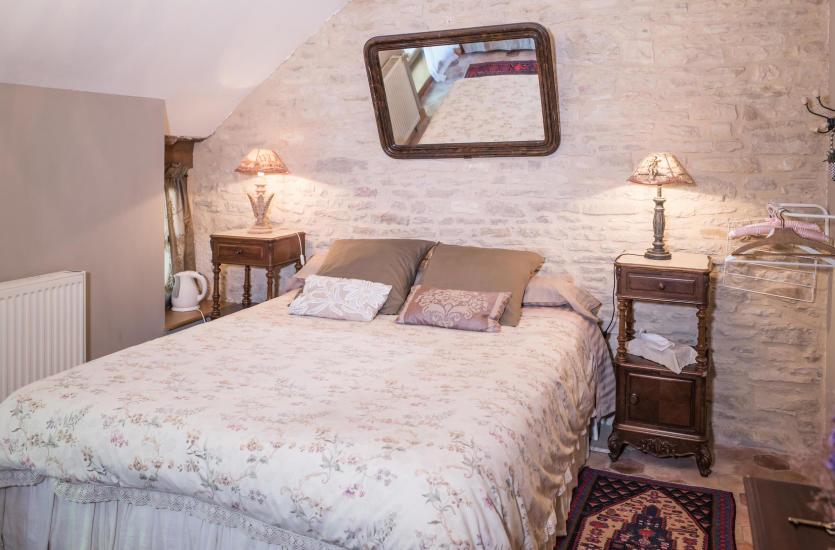 Ściana za łóżkiem w sypialni – jak ją zagospodarować?