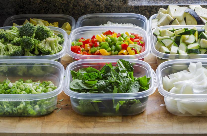 W czym przechowywać żywność w lodówce, aby na długo zachowała świeżość?
