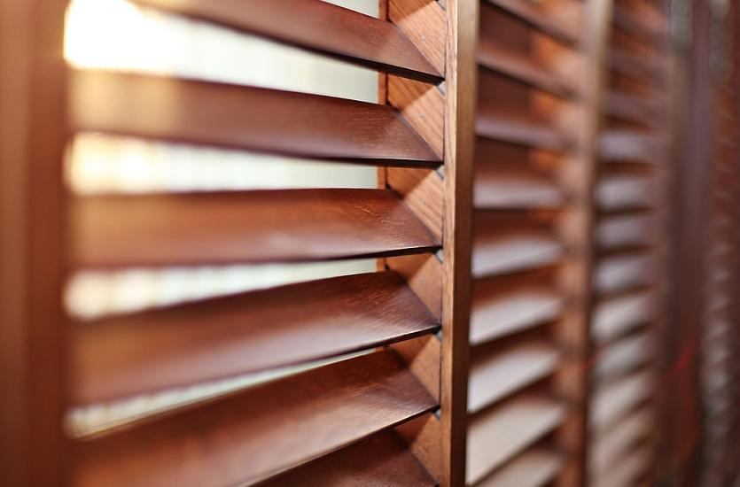 Zalety stosowania okiennic wewnętrznych z ruchomymi lamelami.