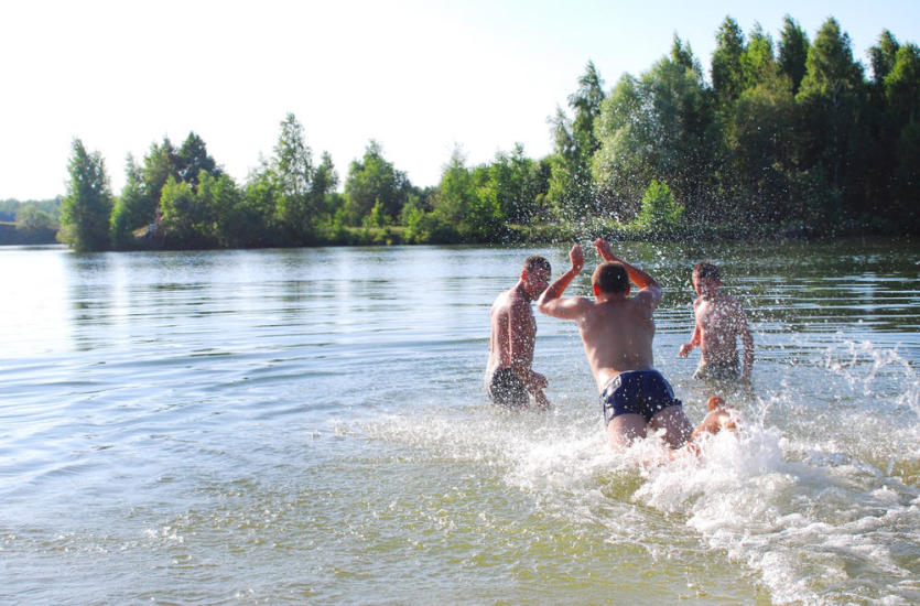 Jak spędzić bezpieczne wakacje nad jeziorem?