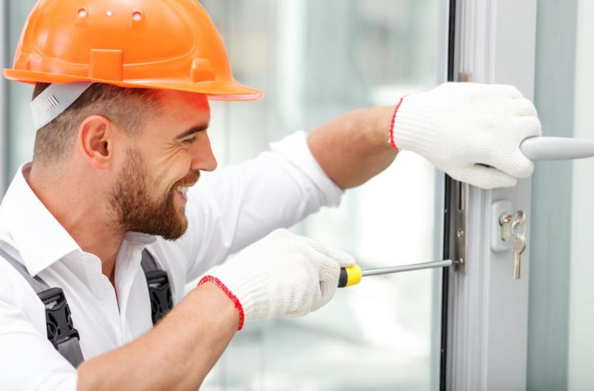 Przez nieszczelne okna wciska się wilgoć i chłód lub zatrzasnąłeś klucze w mieszkaniu - szukaj pomocy profesjonalnej firmy