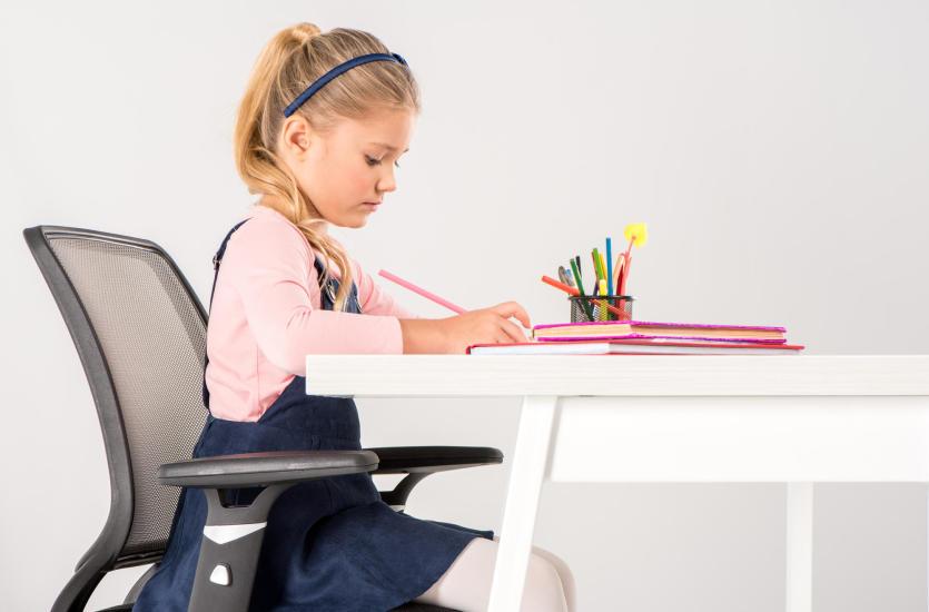 Prawidłowa i zdrowa postawa dziecka – jaki wpływ ma odpowiednie wyposażenie szkolne i przedszkolne?
