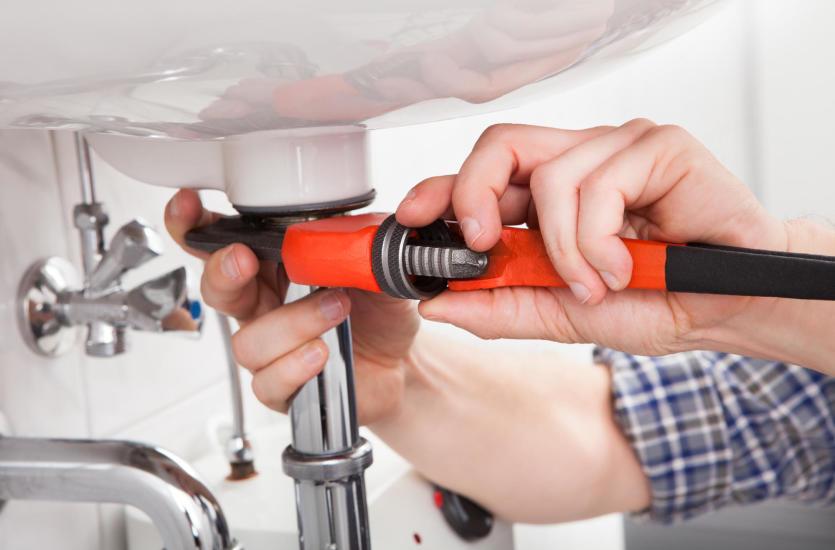 Na co zwrócić uwagę przy wyborze firmy specjalizującej się w usługach hydraulicznych?