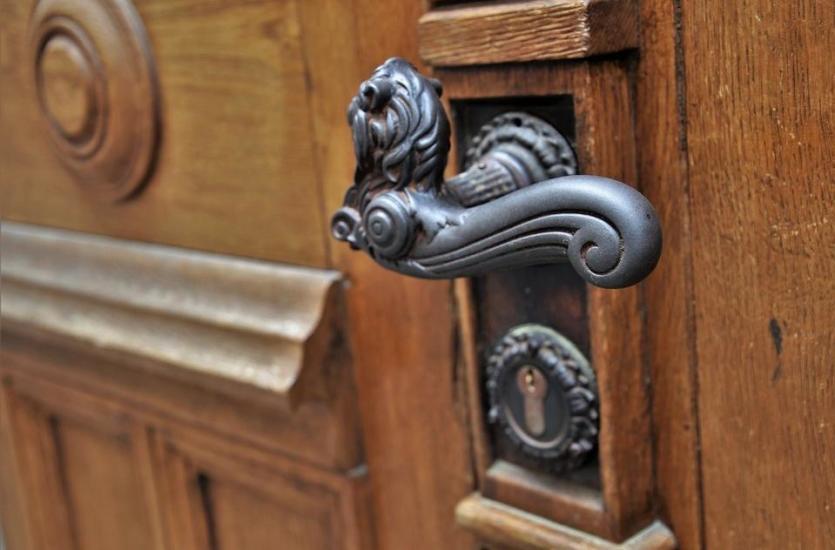 Jak dopasować klamkę do drzwi?