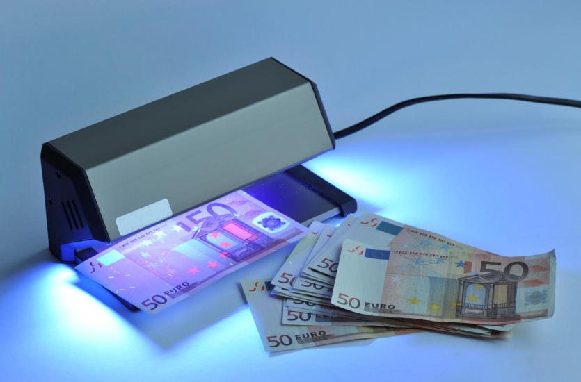 Testery banknotów – jak zabezpieczyć się przed próbą oszustwa?