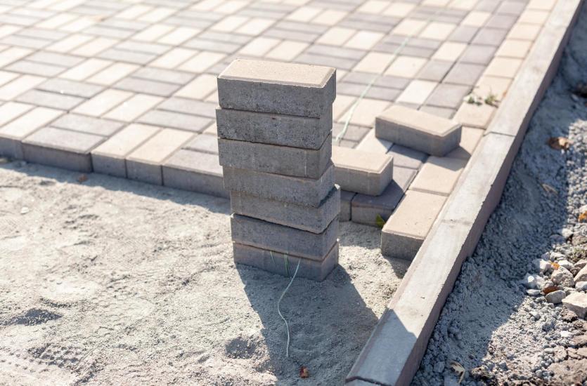 Kostka granitowa a betonowa - którą wybrać?