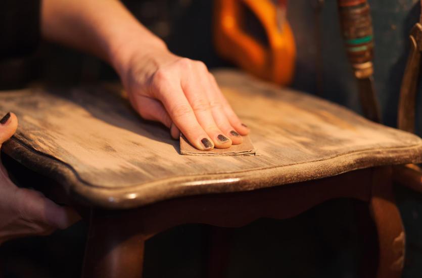 Jak przeprowadzić renowacje mebli drewnianych?