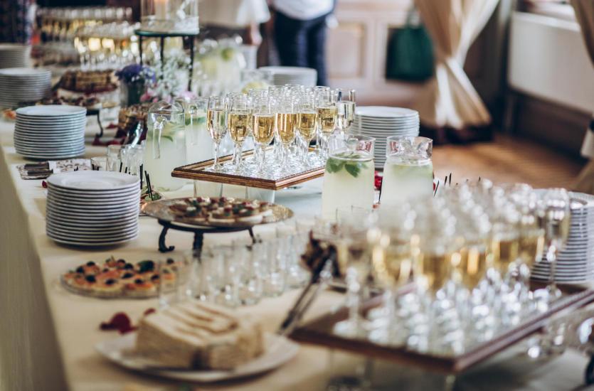 Dlaczego warto wynająć salę na przyjęcie?