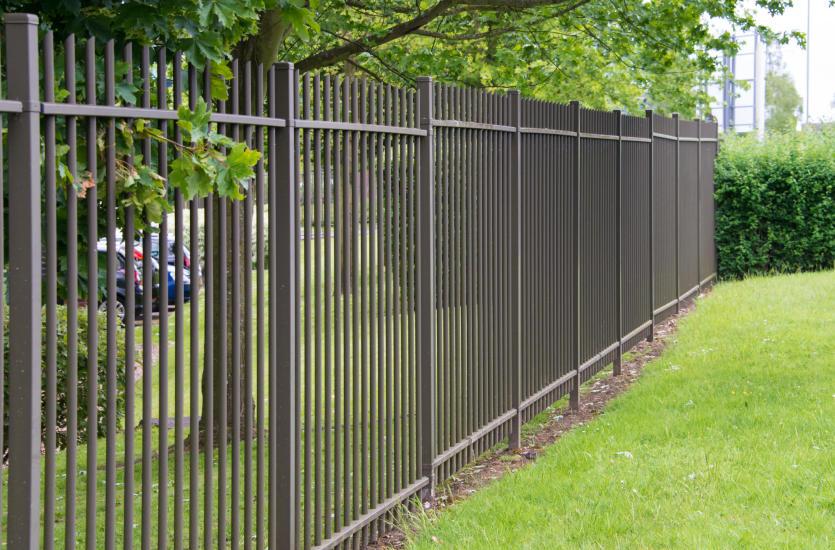 Zalety i główne cechy ogrodzenia aluminiowego