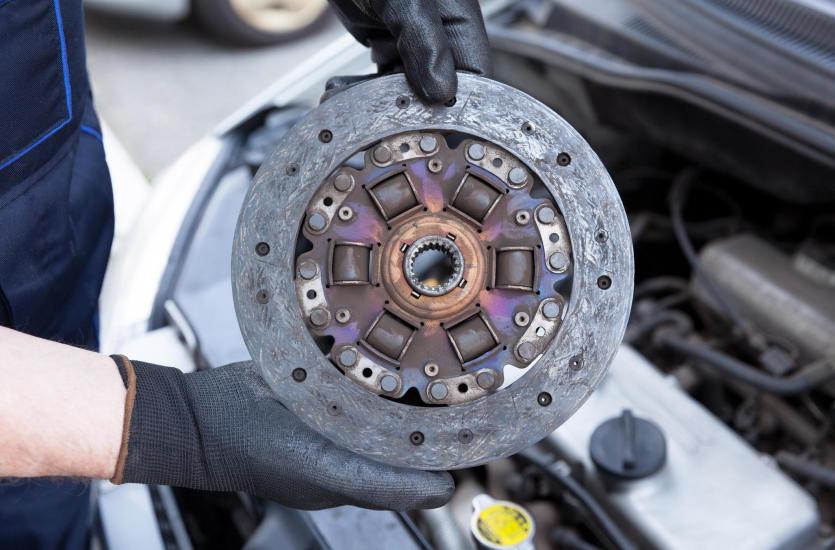 Jakie części samochodowe zakupić przy wymianie sprzęgła?