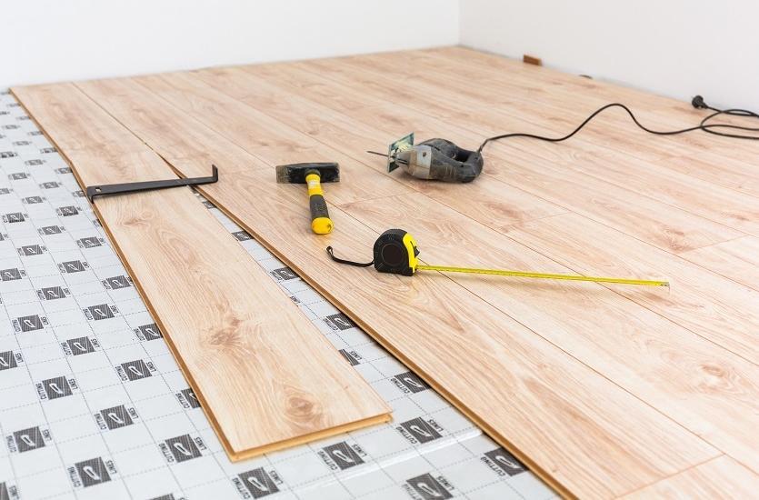 Montaż paneli podłogowych krok po kroku