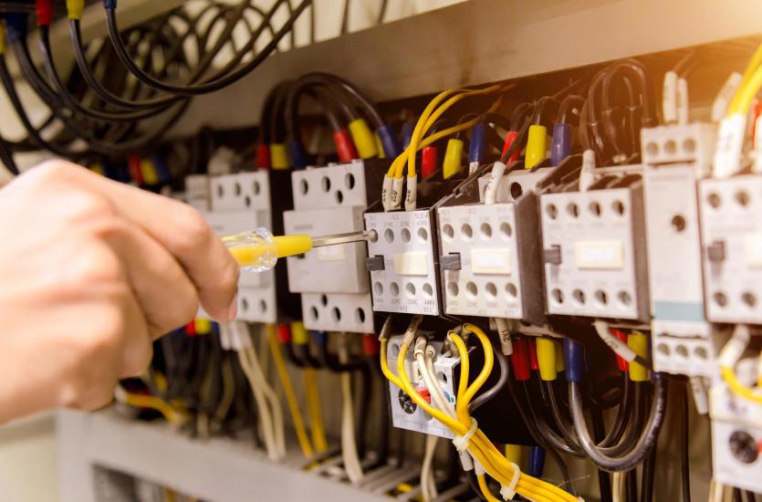 Przemysłowa instalacja elektryczna – jak się ją wykonuje?