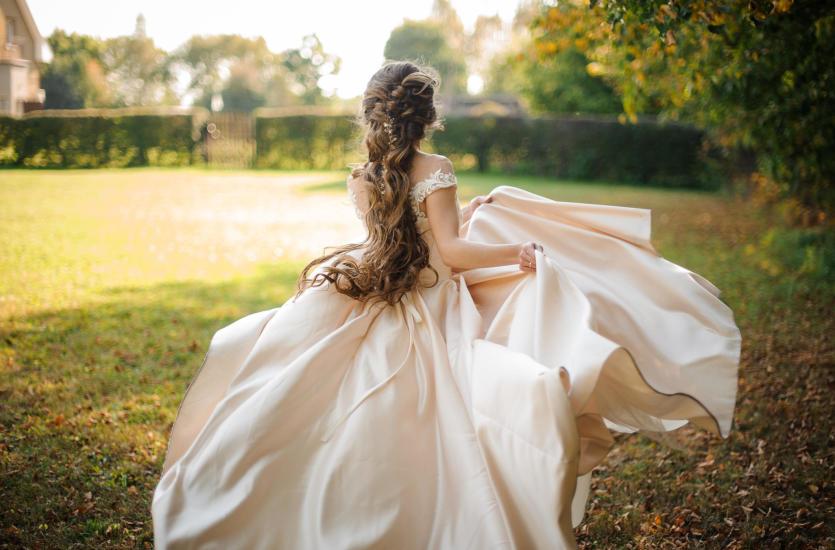 Najmodniejsze fryzury ślubne dla długich włosów.