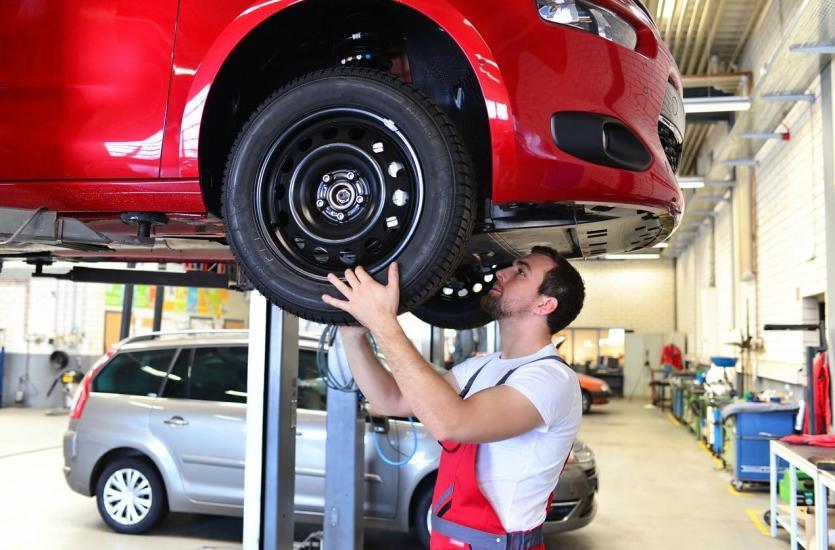 Jakie elementy sprawdza się w trakcie przeglądów okresowych samochodów
