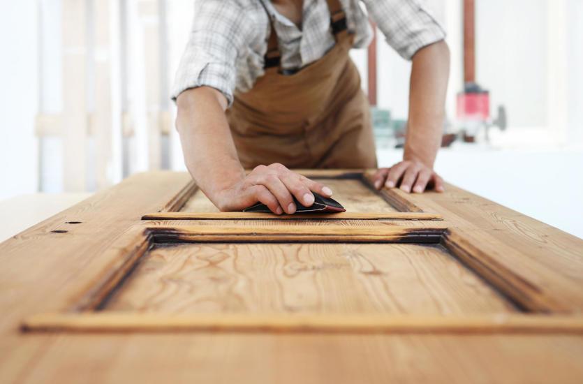 Kiedy odnowić drewniane drzwi?
