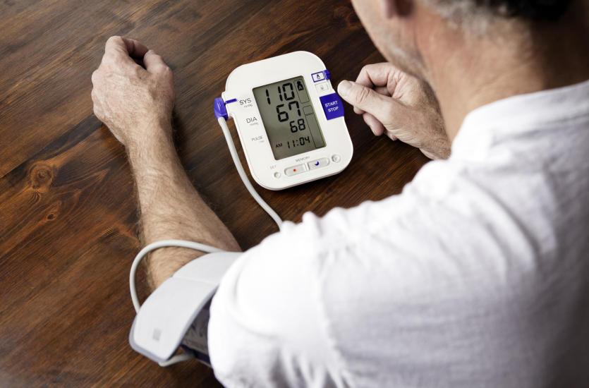 Nowoczesny ciśnieniomierz – dlaczego warto mieć go w domu?