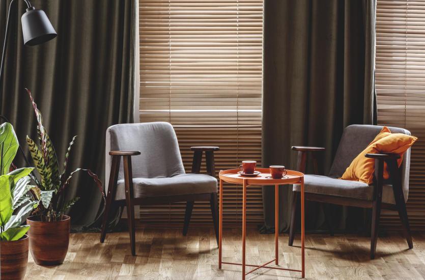 Jakie żaluzje wybrać do mieszkania? Drewniane czy aluminiowe?