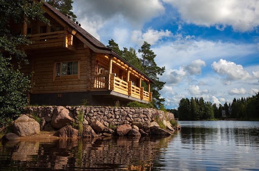 Wakacyjny dom drewniany nad jeziorem i w górach. Dobry pomysł na udany wypoczynek