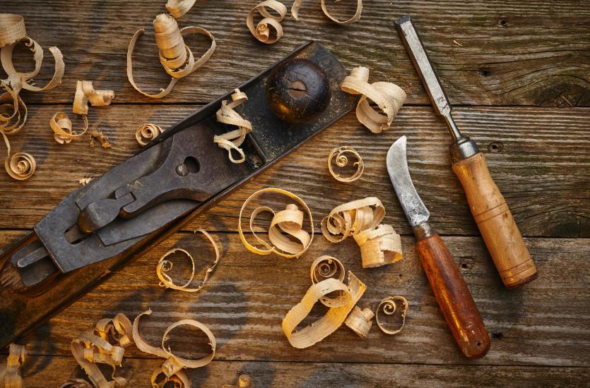 Dlaczego warto zdecydować się na meble ze starego drewna?