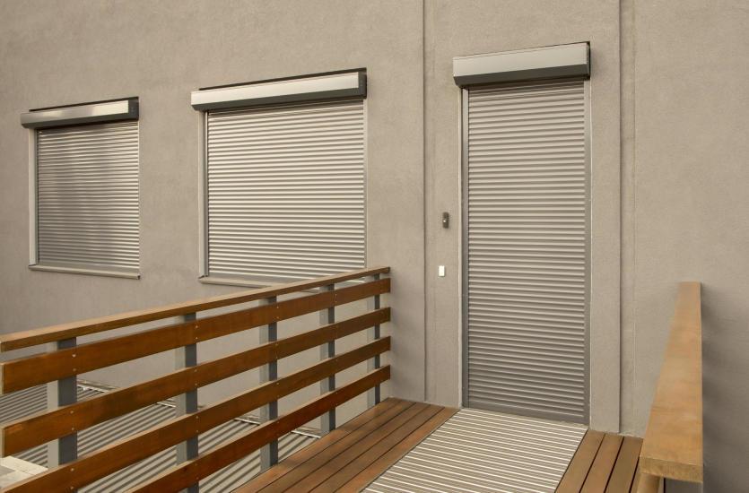 Rolety zewnętrzne do okien fasadowych – czy warto się na nie zdecydować?