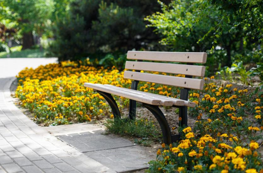 Aranżacja przestrzeni parków z ławkami miejskimi Fiemar