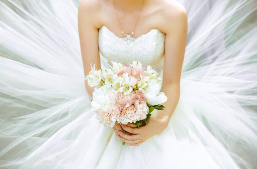 Rodzaje bukietów ślubnych – co wybrać: kule, kaskady czy może korsarze?
