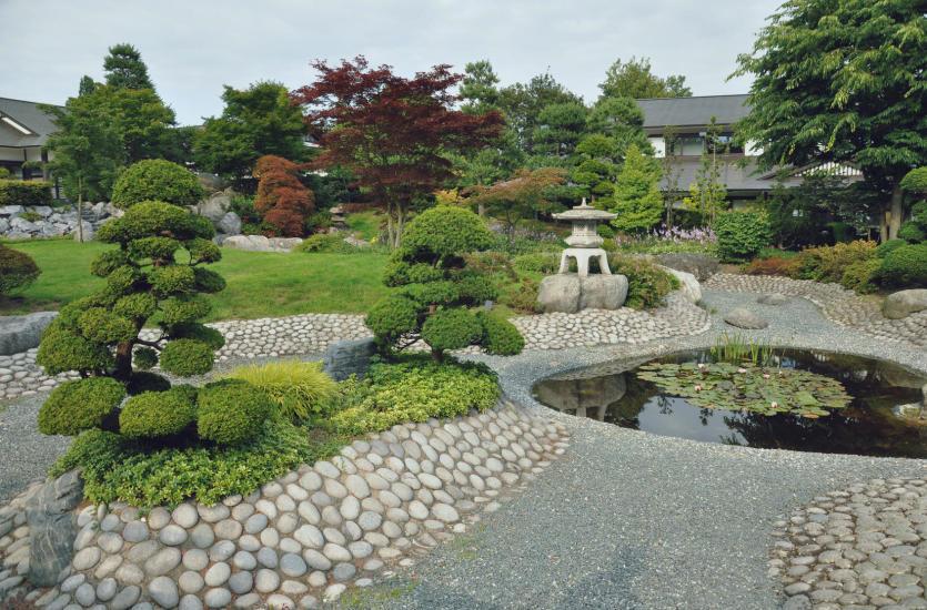 Piękna architektura ogrodowa – grill, taras, oczko wodne