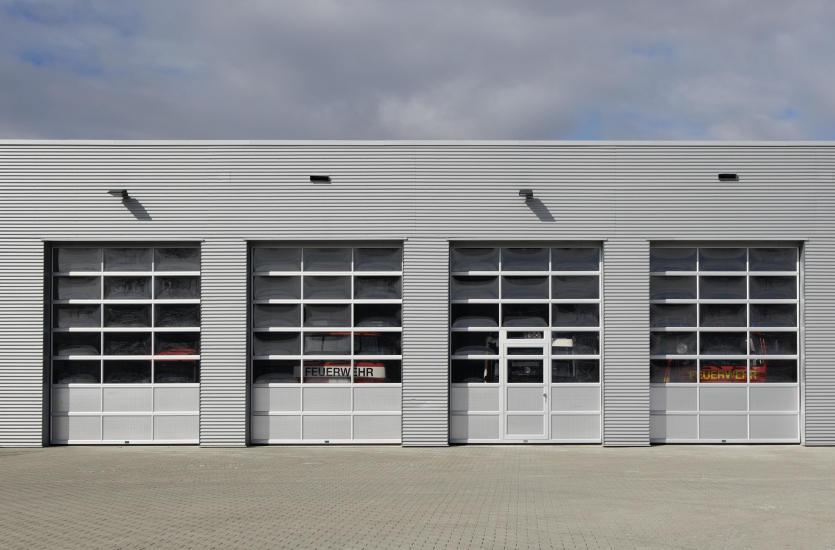 Czym kierować się przy wyborze bram garażowych dla przemysłu?