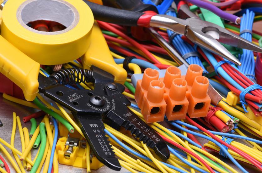 Czym jest instalacja elektryczna oraz jak się ją montuje?