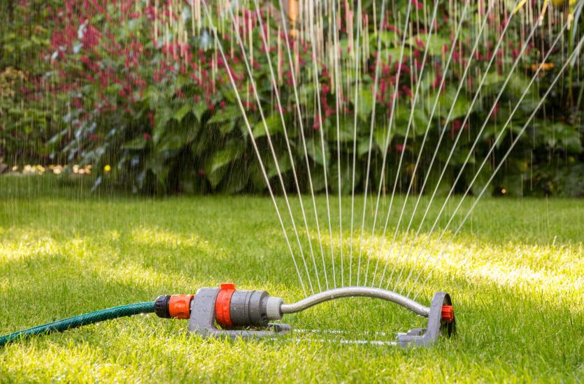 Z jakich elementów składa się spryskiwacz ogrodowy?