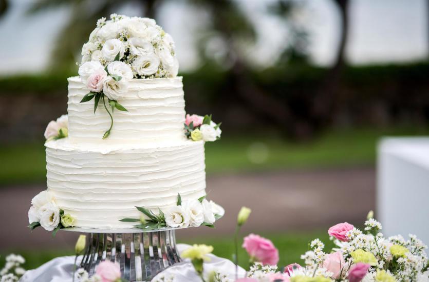 Jakie są sposoby na dekorowanie tortów ślubnych?