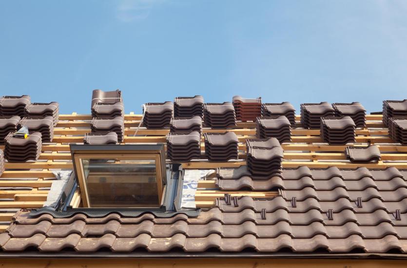 Prace dekarskie – co warto wiedzieć o budowie dachu skośnego?