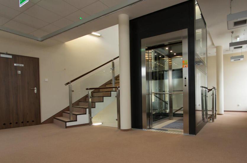 Модернизация здания - стоит ли выбирать лифт?