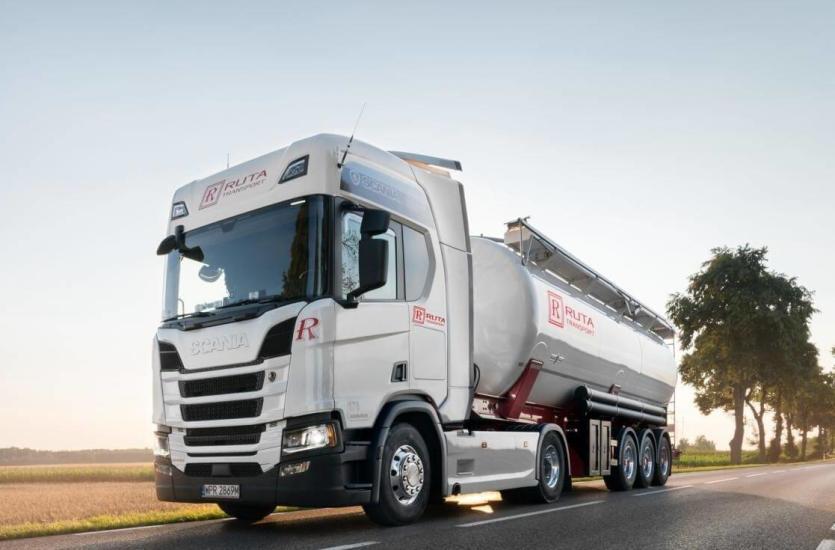 Transport materiałów sypkich – co wyróżnia najlepszych przewoźników?