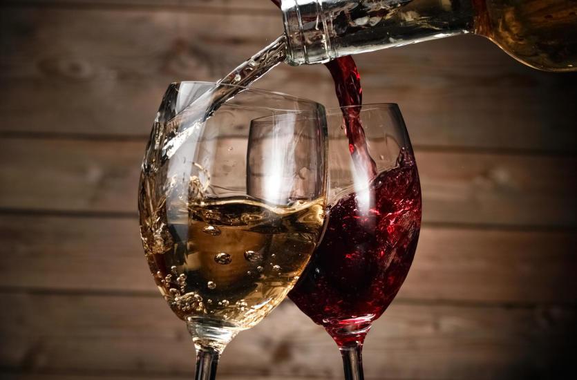 Do kolacji podać wino wytrawne czy może słodkie – poradnik