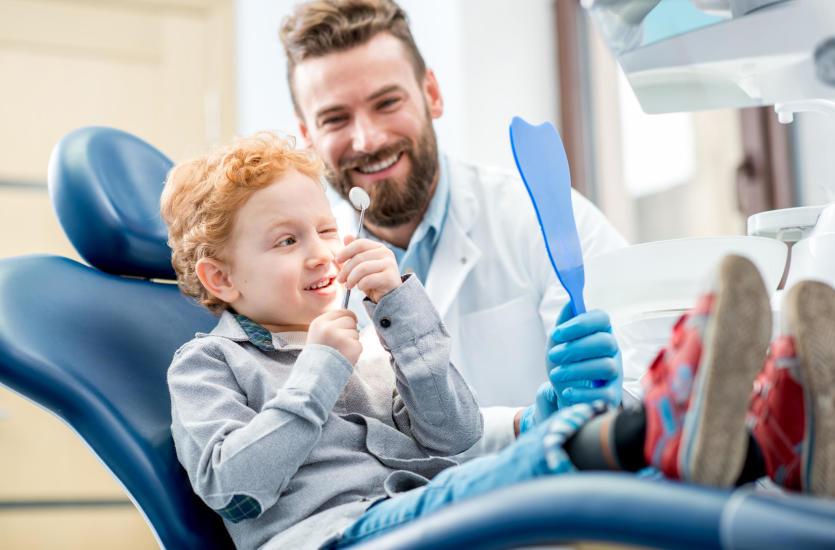 Jak powinna wyglądać pierwsza wizyta dziecka u stomatologa?