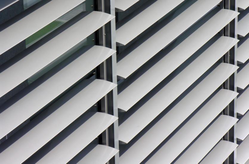 Żaluzje i rolety fasadowe – dlaczego warto je założyć w swoim domu?