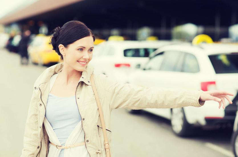Z samolotu do taksówki – jak wydostać się z lotniska?