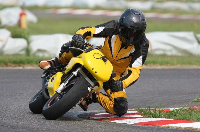 Zbroja motocyklisty – tekstylna czy skórzana?