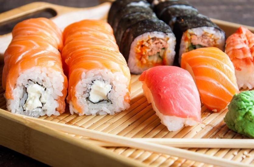 Sushi jako elegancki poczęstunek na spotkanie biznesowe