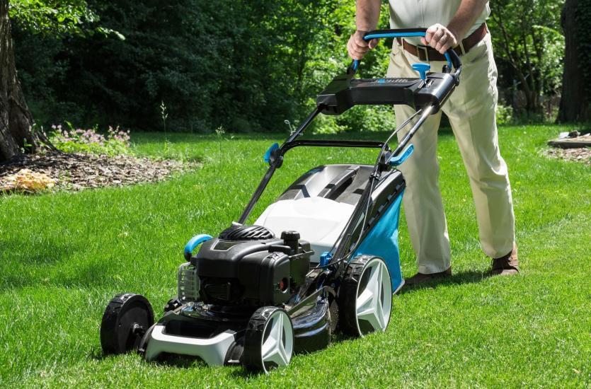 Elektryczna czy spalinowa? Jaka kosiarka lepiej sprawdzi się w Twoim ogrodzie?