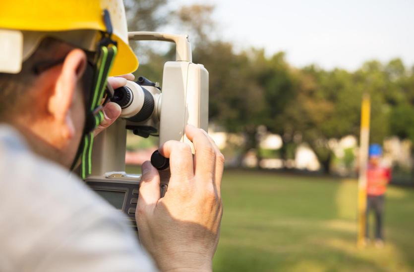 Jak znaleźć dobrego geodetę do budowy domu?