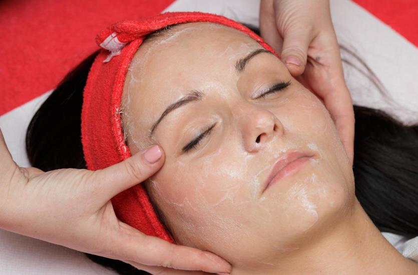 Trzy zabiegi na twarz, które odmłodzą Twoją skórę