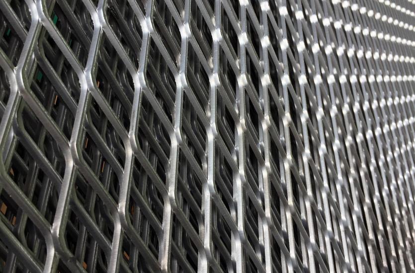 Praktyczne zastosowania wyrobów ze stali – na budowie i w łazience